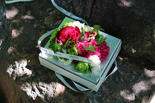 4種のバラをあしらったミックスローズボックスアレンジメント
